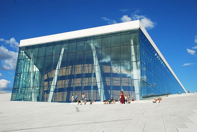 El hermoso edificio de la Ópera y Ballet de Noruega. Foto © Silvia Lucero