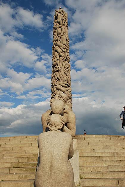 El Monolito tiene una altura de 17 metros y es impresionante porque tiene 121 figuras humanas. Foto © Silvia Lucero