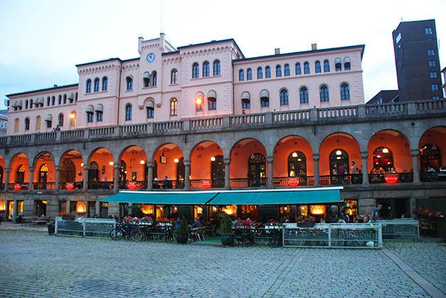 Plaza de Youngstot donde puedes encontrar restaurantes y bares, como . Foto © Patrick Mreyen