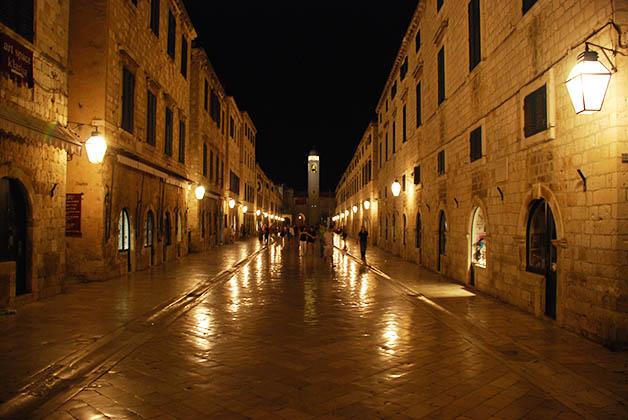 De noche Dubrovnik es una ciudad súper romántica. Foto © Patrick Mreyen