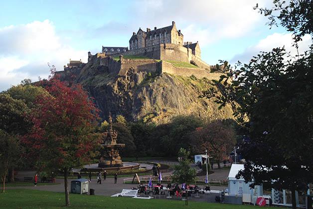 Castillo de Edimburgo visto desde el Jardín de los Príncipes. Foto © Silvia Lucero