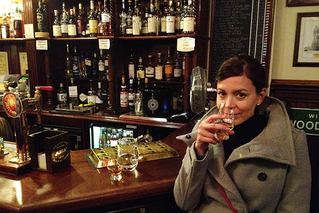 Degustando whiskies en The Bow Bar. Foto © Patrick Mreyen