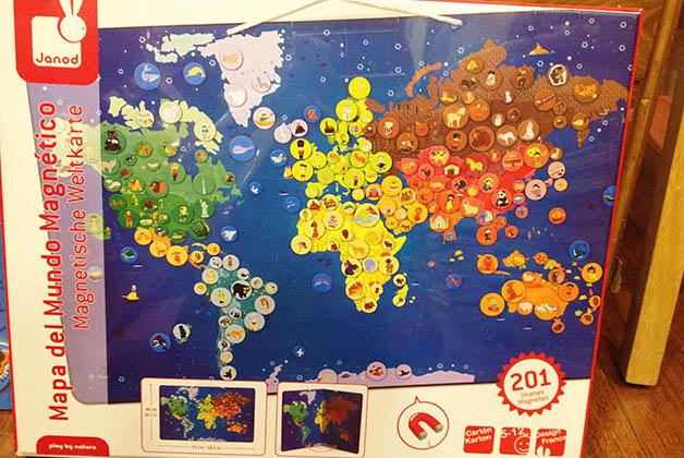 Mapas con magnéticos de la marca Janod. Tienen unos productos preciosos. Foto © Silvia Lucero en la librería Mapas y Compañía.