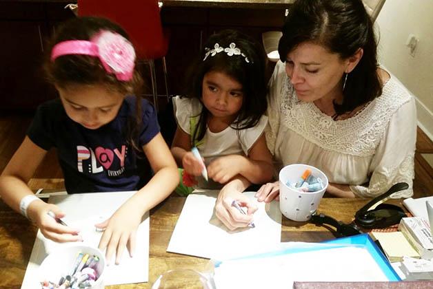 Diseñando mapas con mis sobrinas Paulina e Ivanna. Foto © Patrick Mreyen