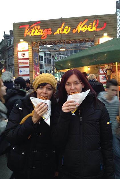 Comiendo los famosos gauffres de Liege. Foto © Patrick Mreyen