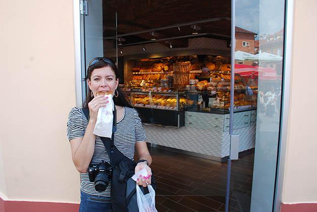 Afuera de la panadería después de comprar mi Burek. Foto © Patrick Mreyen