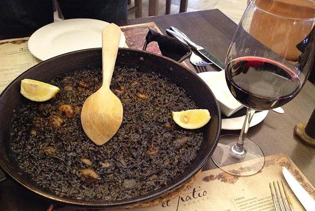El arroz negro se hace con tinta de calamar por eso es de este color. Foto © Silvia Lucero