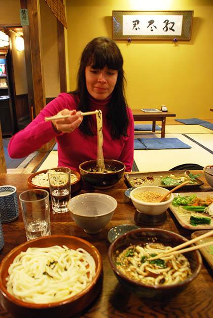 Comiendo noodles en Kioto. Foto © Patrick Mreyen