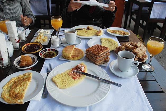 El desayuno incluido en nuestro riad de Tánger. Foto © Silvia Lucero
