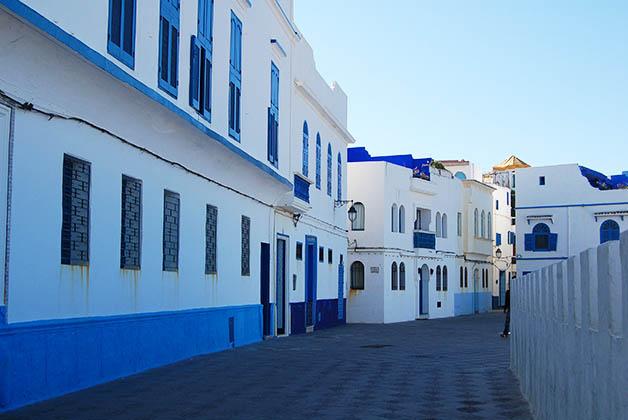 La Medina amurallada de Asilah es preciosa con sus casas blancas con azul. Foto © Patrick Mreyen