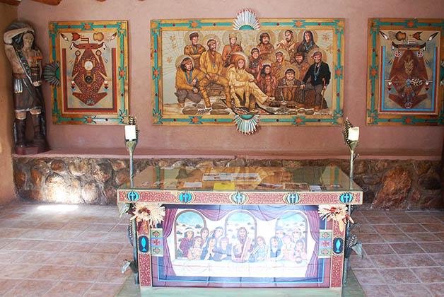 Me llamó la atención este altar en el jardín, por las representaciones religiosas pero con personajes nativos. Foto © Patrick Mreyen