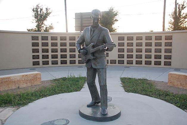 Monumento a Buddy Holly en su tierra natal Lubbock. Foto © Patrick Mreyen