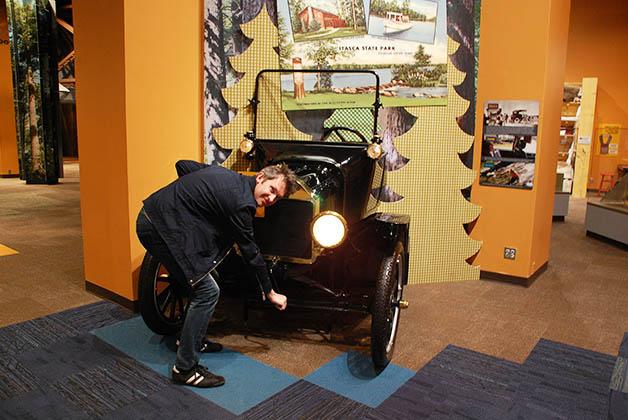 Patrick prendiendo el auto. Foto © Silvia Lucero