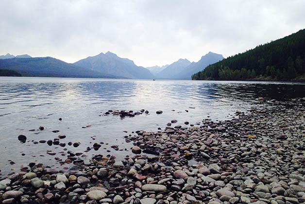Nuestras vistas mientras comíamos en el Lago McDonald. Foto © Silvia Lucero