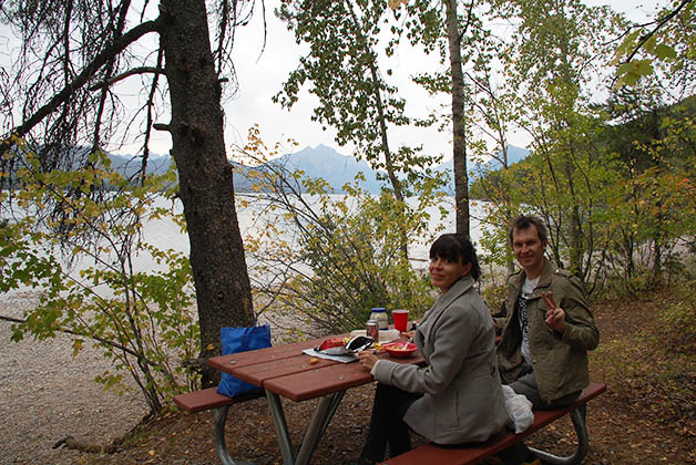 Comiendo frente al lago. Foto © Patrick Mreyen