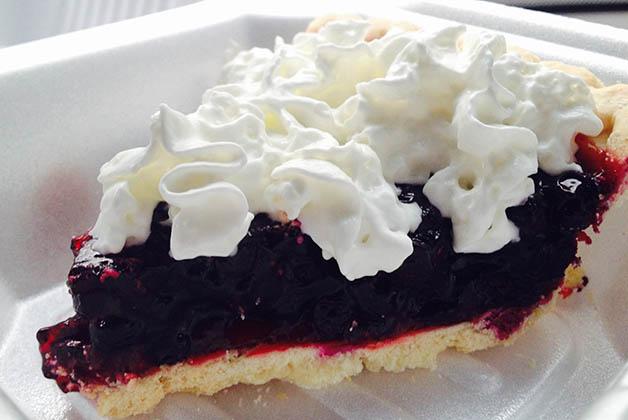 El típico 'huckleberry pie' o pastel de arándanos. Foto © Silvia Lucero