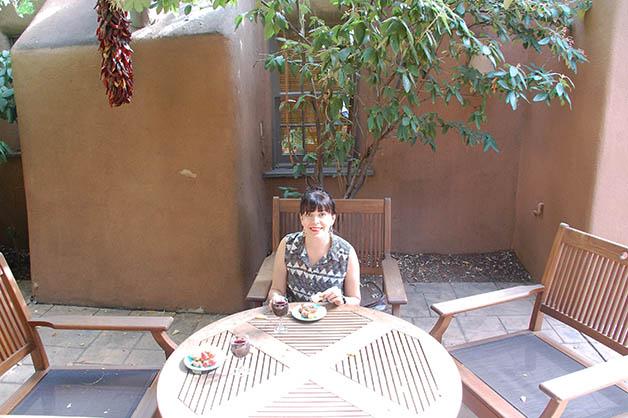 Finalmente disfrutando de un vino y quesos a nuestra llegada al hotel Inn on the Alameda en Santa Fe. Foto © Patrick Mreyen