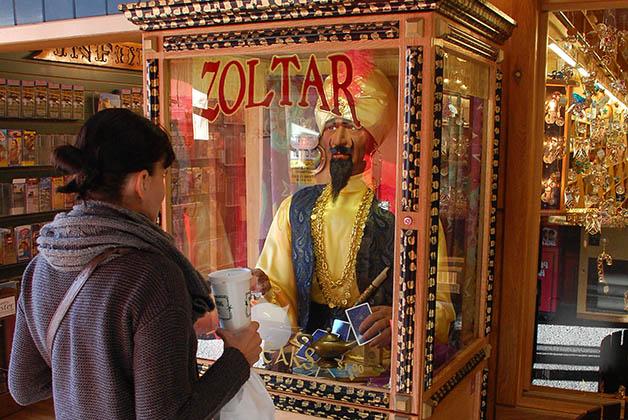 Pidiéndole un deseo a Zoltar como en Big. Foto © Patrick Mreyen