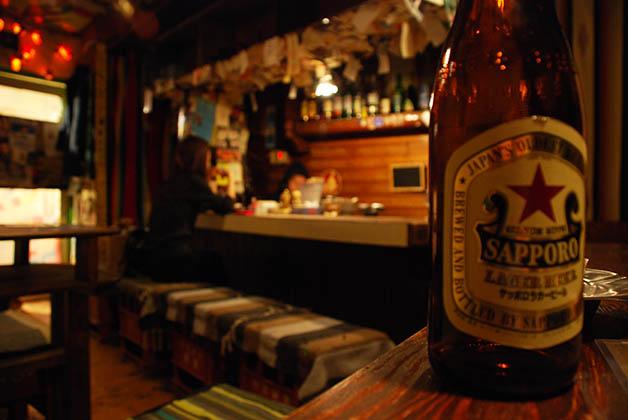 Bebiendo cerveza en algún bar perdido en el distrito de Gion. Foto © Patrick Mreyen