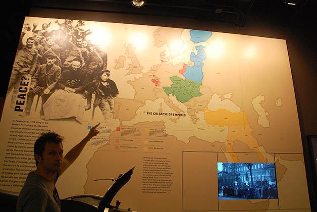 Patrick mostrando la parte de habla alemana de Bélgica, de donde es él. En este museo se explica muy clara la compleja división política de Bélgica. Foto © Silvia Lucero