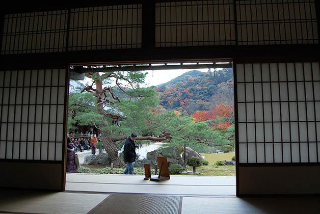 Vista al jardín Zen desde el interior. Foto © Silvia Lucero