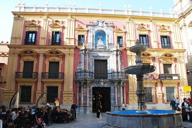 Si te pierdes, lo peor que puede pasar es que llegues a una plaza como esta, la del Obispo. Foto © Silvia Lucero