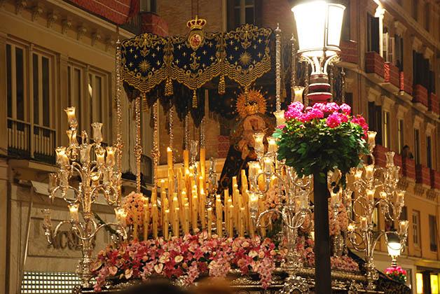 Trono durante Semana Santa en Málaga. Foto © Silvia Lucero