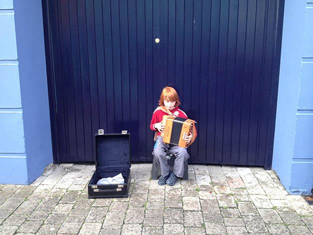Tocando en las calles de Dingle. Foto © Silvia Lucero