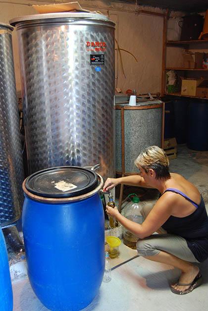 Comprando aceite de oliva en Croacia. Foto © Silvia Lucero