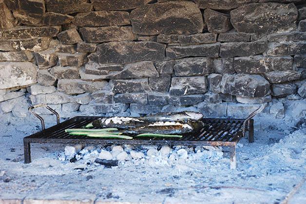 Nuestro pescado mientras lo cocinaban en una isla de Croacia. Foto © Silvia