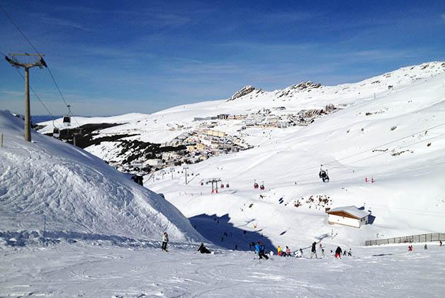 Esquiando en un día soleado. Foto © Patrick Mreyen