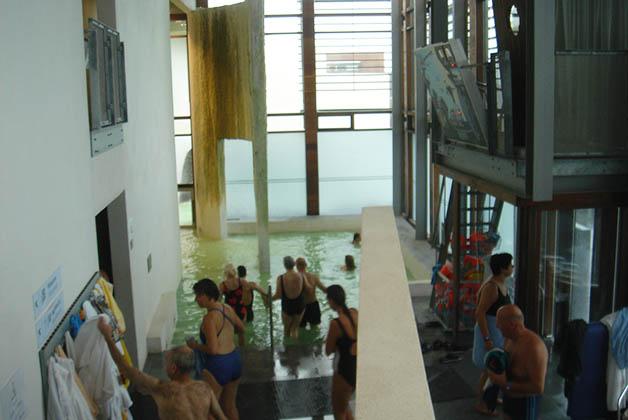 Lo bueno es que puedes meterte al agua (que está a unos 40 º C), desde el interior del edificio. Foto © Patrick Mreyen