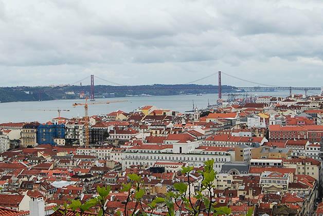 Vistas de la ciudad y del Puente 25 de Abril desde el Castillo San Jorge. Foto © Patrick Mreyen