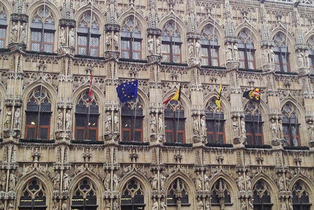 Detalles del edificio del Ayuntamiento de Leuven. Foto © Patrick Mreyen