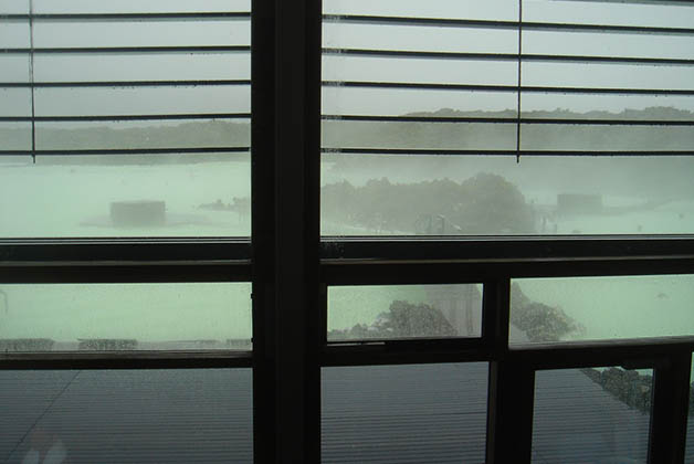 Por la ventana la vista no invitaba mucho al agua. Foto © Patrick Mreyen