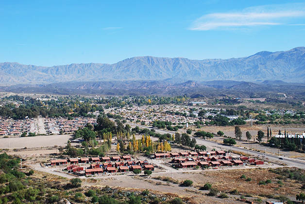 Viñedos y bodegas a las faldas de los Andes. Foto © Patrick Mreyen