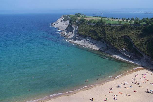 Playa de Mataleñas. Foto © de la página oficial de Turismo de Cantabria