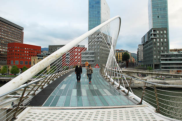 Puente Zubizuri en Bilbao. Foto © Patrick Mreyen