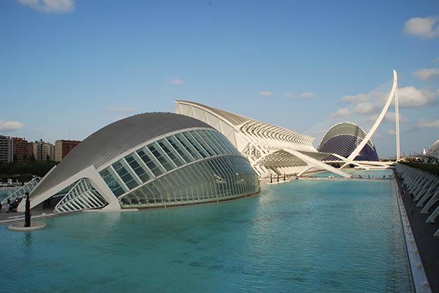 Ciudad de las Artes y las Ciencias y al fondo el Puente de Calatrava. Foto © Patrick Mreyen