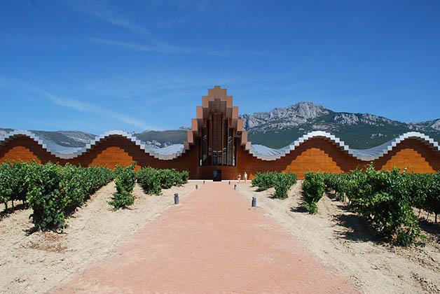 Bodega Ysios en la Rioja Alavesa. Foto © Patrick Mreyen