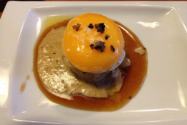 Tapa de huevo sobre bizcocho de boletus. Foto © Silvia Lucero