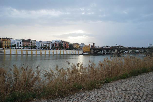 Barrio de Triana y el Puente Isabel II. Foto © Patrick Mreyen