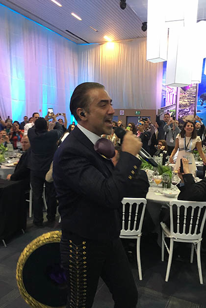 Entre las mesas nos sorprendió cantando Alejandro Fernández. Foto © Silvia Lucero