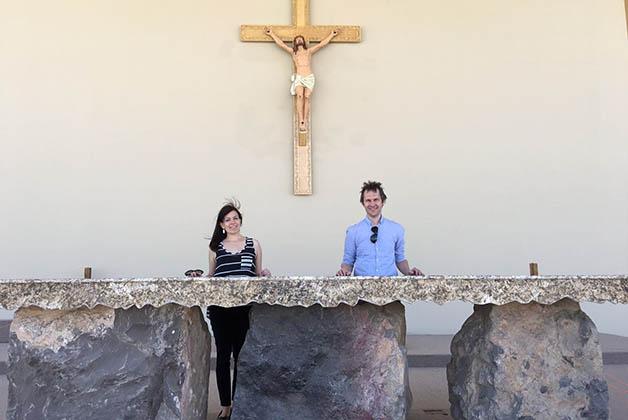 El altar fue hecho con piedras de Samalayuca y ónix, les quedó bellísimo. Foto © Silvia Lucero