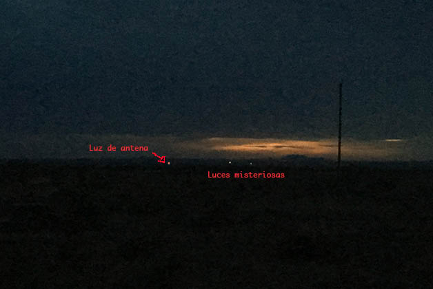 Las luces blancas aparecían y desaparecían. Foto © Silvia Lucero