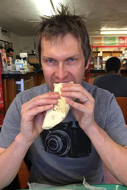 ¡Y le encantaron! Aquí comiendo un burrito de bolita de carne. Foto © Silvia Lucero