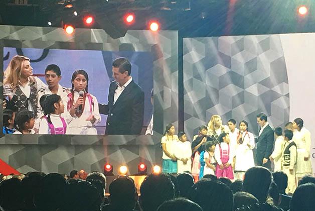 Presidente Enrique Peña Nieto con su esposa y un grupo de niños. Foto © Silvia Lucero