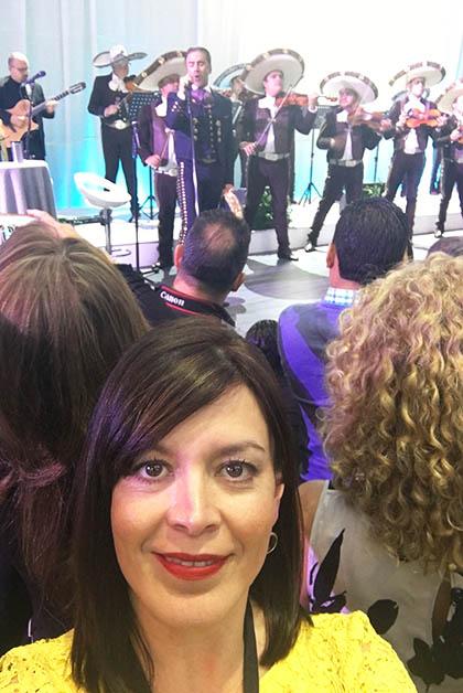 Y a mis espaldas, Alejandro Fernández casi cantándome al oído ;-). Foto © Silvia Lucero