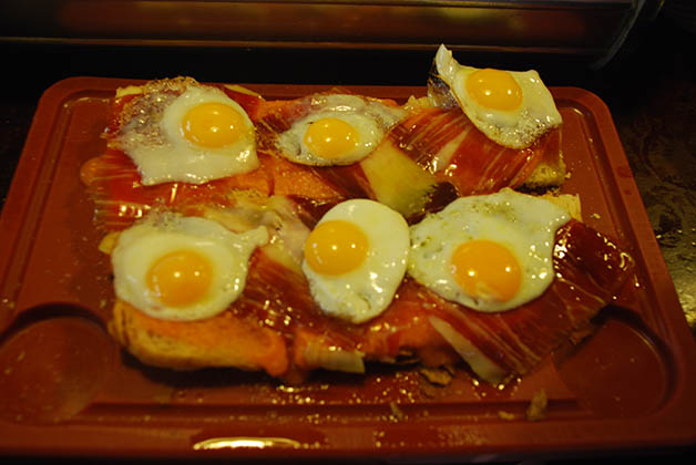 Tabla Ibérica con jamón ibérico, salmorejo y huevos de codorniz de la Taberna Los Coloniales. Foto © Silvia Lucero