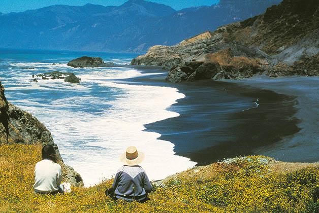 Las playas de arena negra del Lost Coast. Foto de Jack Hopkins de Humboldt County CVB, redwoods.info.